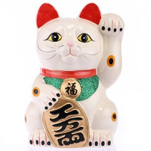 Au Japon, les chats Maneki Neko font partie du quotidien, que ce soit pour la décoration ou pour, bien sûr, attirer la chance et la richesse à la maison.