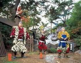 Poupées en chrysanthème lors d'une fête à Yamagata.